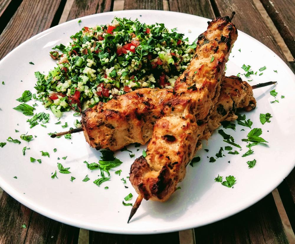Salát Tabbouleh a kuřecí kebab Shish Taouk