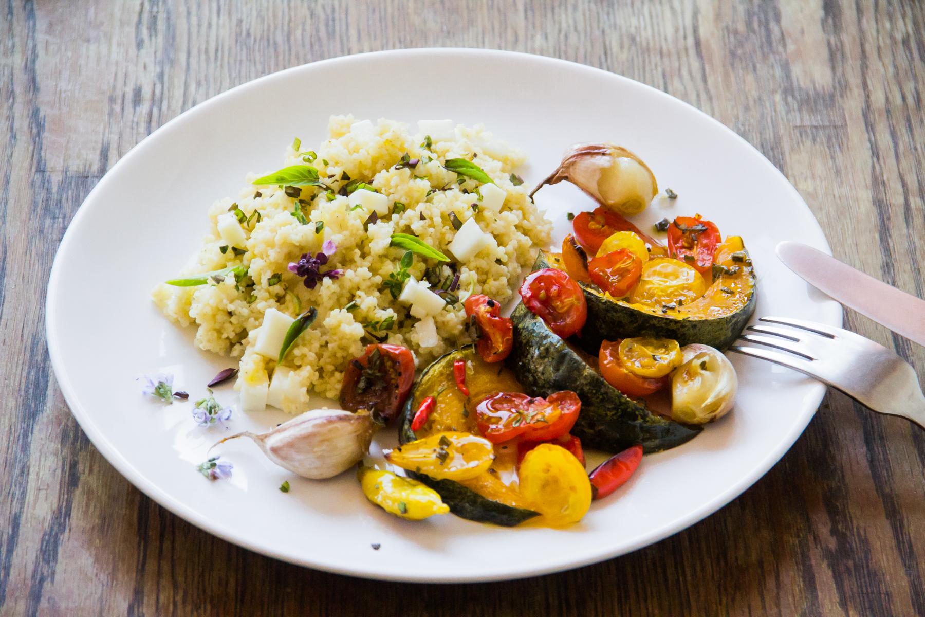 Pečená zelenina s jáhly a kozím sýrem