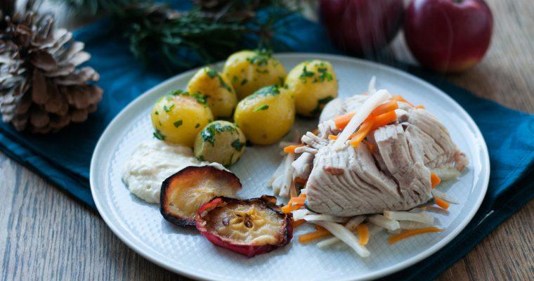 Kapr na modro, petrželové brambory, křenová omáčka a pečená jablka