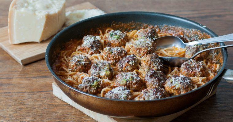 Špagety s rajčatovou omáčkou a masovými koulemi s brokolicí