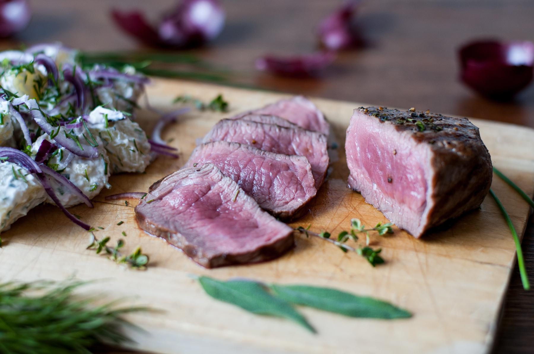 Steak z květové špičky s letním bramborovým salátem