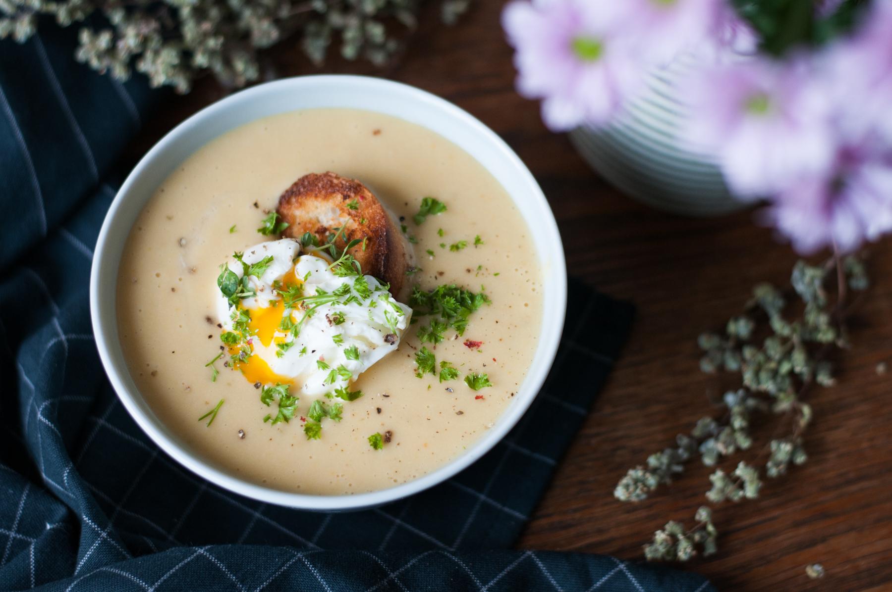 Krémová polévka z pečeného česneku s pošírovaným vejcem