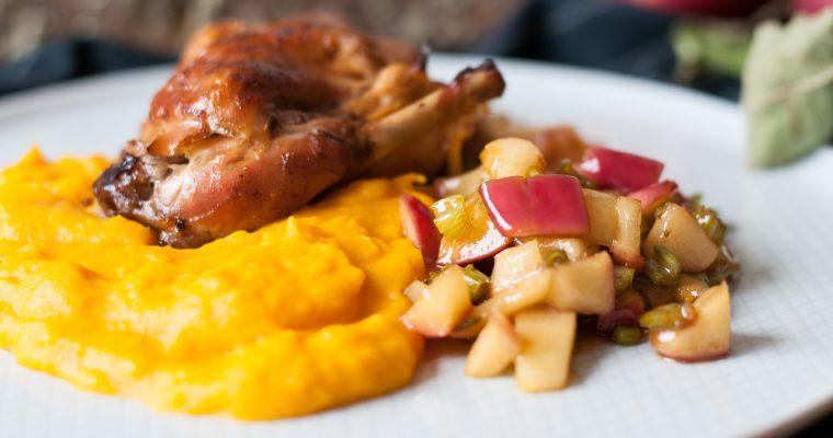 Pečený králík na česneku, jablečné ragú a dýňové pyré
