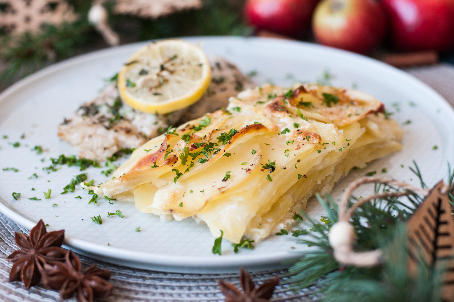 Kapr pečený na bylinkách a gratinované brambory