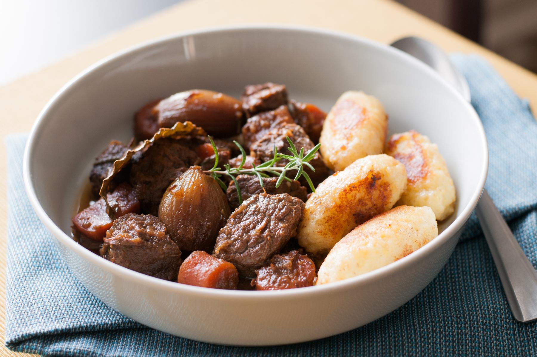 Pomalu pečené hovězí s bramborovými šiškami