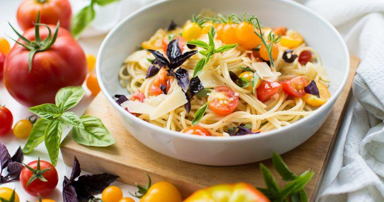 Špagety s čerstvými rajčaty, česnekem a bazalkou