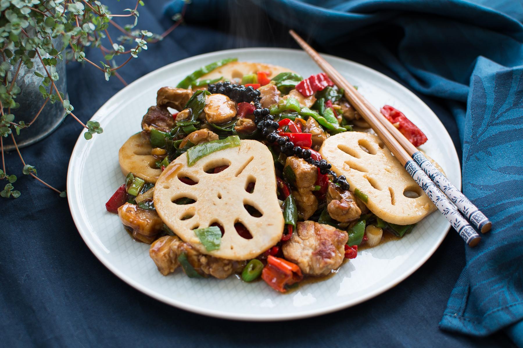 Stir-fry s vepřovým masem, lotosovým kořenem a chilli papričkami